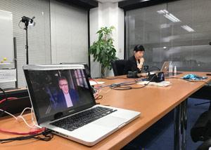 特番の取材で政治学者イアン・ブレマー氏にリモートインタビューする小谷真生子キャスター